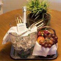 Ao chegarmos no @hotelvalledincanto em #Gramado #RS uma surpresa incrível nos esperava: Uma garrafa de #AdegaCavalleri #Moscatel (espumante delicioso produzido no Vale dos Vinhedos em Bento Gonçalves) uma cesta de frutas frescas selecionadas acompanhados de uma mensagem carinhosa de boas vindas. Não tem como não se apaixonar. - - - - - - - - - - - - -  #hotelvalledincanto #valledincanto #hotelboutique #hoteldecharme #gramadocity #gramadoexpress #GramadoRS #gramadoblog #gramadoecanela…