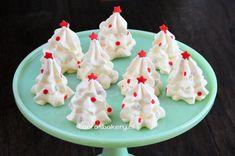 Merengue is ons lievelingsgebak. En dit als kersttoetje... waanzinnig! Witte kerstboom schuimpjes - Laura's Bakery