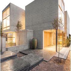 ➖➖➖➖➖➖➖➖➖➖➖➖➖➖ VILLA 131 Location: Isfahan, Iran Designed by: Bracket Design Studio Photography: Farshid Nasrabadi ➖➖➖➖➖➖➖➖➖➖➖➖➖➖ Concrete Architecture, Modern Architecture Design, Minimalist Architecture, Residential Architecture, Modern House Design, Contemporary Buildings, Modern Contemporary, Futuristic Architecture, House Architecture