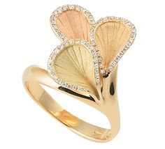 Золотое кольцо с бриллиантами необыкновенной красоты. Грациозный дизайн, вдохновленный разнообразным миром цветов. Нежность и элегантность ювелирного украшения подчеркнет ваш неповторимый стиль. Золотой кольцо с драгоценными камнями станет вашим любимым украшением, без которого трудно представить свой вечер. Предлагаем к этому изделию серьги из этой же коллекции.