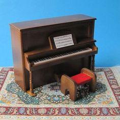 Ein Möbelstück für das Musikzimmer oder auch Wohnzimmer im Puppenhaus.    Elegant und einfach toll anzuschauen.    Material : Holz   Farbe : Kirsche ( Merisier )  Größe : ca. 13,0(b) x 10,0(h) x 5,5(t)cm       Achtung! Kein Spielzeug - Sammlerartikel !