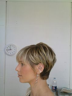 Hair Obsessed: Profile / Side View of that cute short layered cut with bangs.