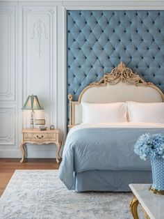 Nightstands, beds, side tables, cabinets or armchairs are some of the luxury bedroom furniture tips that you can find. Every detail matters when we are decorating our master bedroom, right? Dressing Design, Classic Interior, Bedroom Vintage, Cool Furniture, Furniture Makers, Furniture Sets, Luxurious Bedrooms, Beautiful Bedrooms, Bed Design