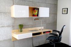 bureau mural blanc et bois clair, étagères de rangement et mur en béton