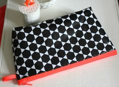 Sy trendy tasker i sort/hvid – og en lille smule neon - susanne-gustafsson. Coin Purse Tutorial, Quilts, Purses, How To Make, Diy, Home Decor, Creative, Handbags, Bricolage