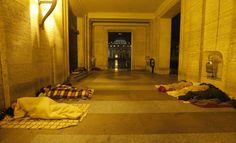I senzatetto nelle vicinanze di piazza San Pietro, la notte prima del Conclave. La basilica è sullo sfondo (Ap/Dmitry Lovetsky)