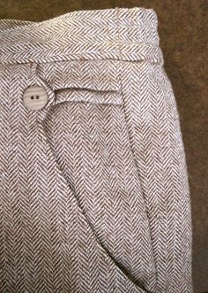 sorell trouser inspiration it's in the details: pleat in pocket back and button. Couture Details, Fashion Details, Sewing Pockets, Men Trousers, Moda Chic, Fashion Sewing, Mode Inspiration, Sewing Clothes, Dressmaking