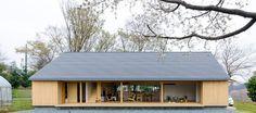 ゆったりめの2人の家 敷地は神奈川県厚木市。江戸時代から受け継がれてきた土地で新築を決めたきっかけは、以前住んでいた家が老朽化したことに加え、息子さんたちが独立したことだった。 「子どもたちがみな外に出ていく機会に、われわれ夫婦2人だけの家をつくろうかなと思ったんですね」とKさん。 設計は建築家の橘川雅史さんとその友人の池田久司さん。基本は夫婦2人の生活が中心のため、部屋数は少なくてもいいけれど、親戚の人など大勢来ても大丈夫なように、2人で暮らすよりはゆったりめにスペースを取ってほしいというのがリクエストのひとつだった。 そのため、LDKと入口側の和室を合わせて約80㎡とかなりの広さが確保されている。LDKは天井の最高高さが4.8m。これもお2人の話から実現したものだった。 ご夫婦ともに子どもの頃は天井の高い家に住んでいたが、前の家が天井が低く圧迫感があって心地よくなかったことから建築家には天井は高めにしてほしいと話をしたという。…