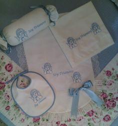 Canastilla clásica cofrade compuesta de cuatro piezas, babero, almohada antivuelco, sabana y colcha de carro y minicuna 67€