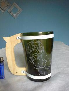 Reciclado de botellas de vidrio.  Jarra con manija de madera. Tallado a mano Cool Diy, Witch, Projects To Try, Mugs, Cool Stuff, Create, Tableware, Craft Tables, Recycled Bottles