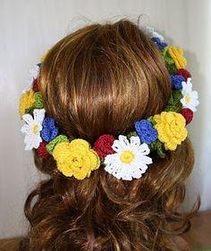 Här är kransen som aldrig vissnar. Fin virkad midsommarkrans. Midsommar DIY. Midsummer. Crochet Wreath, Diy Crochet, Crochet Baby, Flower Crafts, Diy Flowers, Crochet Flowers, Crochet Hair Accessories, Crochet Hair Styles, Crochet Fashion