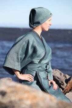 Turqoise linen sauna cap and bathrobe by Pisa Design, Pisa Designin turkoosi saunamyssy ja kylpytakki pellavasta.