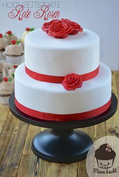 Clean and traditional Wedding Cake with red roses