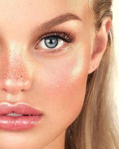 Cut crease eyeshadow is among the current key eye makeup trends. Dewy Makeup, Nude Makeup, Blue Eye Makeup, Fall Makeup, Natural Makeup, Freckles Makeup, Natural Everyday Makeup, Drugstore Makeup, Beauty Make-up
