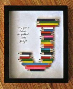 Une idée originale pour un cadeau de naissance / DIY cadre en crayon de couleur formant la première lettre du prénom du bébé.