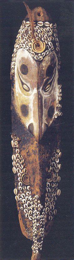 Masque, Mwaï, début XXe siècle. Papouasie - Nouvelle-Guinée - Sépik - Iatmul. Bois, coquillages, plumes pigments naturels. Musée du quai Branly, Paris. http://www.quaibranly.fr