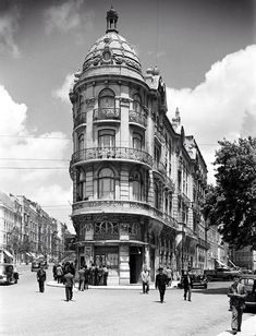 Avª Almirante Reis/Largo do Intendente - 1930 Old Pictures, Old Photos, Places In Portugal, Interesting Buildings, Historical Architecture, Urban Landscape, Historical Photos, Places To See, Around The Worlds