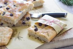 Focaccia con capperi, rosmarino e olive taggiasche