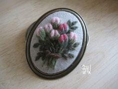 장미 꽃봉오리 일곱송이 수놓아 만드는 브로치 분홍빛은 겹겹의 빛깔을 가졌다는데... 그냥, 투톤으로.^^; ...