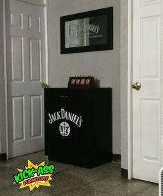 Minibar Jack Daniel's + espejo  #kickassfurniture #kickassfurnitureguatemala #hechoenguatemala #jackdanielsbar #jackdanielsmirror #jackdanielsdecor #mueblesguatemala Jack Daniels Decor, Mirror, Furniture, Mirrors, Arredamento