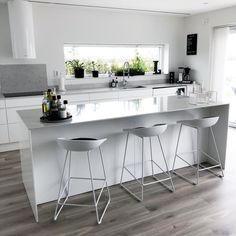 Husets hjärta🖤 Där vi lagar mat, umgås och bara njuter av utsikten🙌🏻 Tips vid köksrenovering/ nybygg Hidden Kitchen, Open Plan Kitchen, New Kitchen, Kitchen Dining, Kitchen Decor, Kitchen Cabinet Design, Modern Kitchen Design, Interior Design Kitchen, Kitchen Layouts With Island
