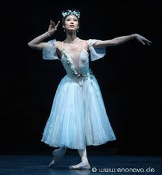'La Sylphide', Shoko Nakamura.  (What I admire (adore) about pointe technique is that it allows female dancers to appear weightless and sylph-like, something more than mortal, if less than divine.)
