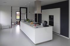Modern keukeneiland met hoge kasten verzonken in achterwand. Architect: BNLA architecten