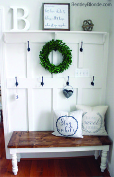 Amazing Shabby Chic Entryway Decoration Ideas 18 When you're searching for shabby chic wall paper patterns and vintage wallpaper designs, it is a very good notion to consider a few things. Shabby Chic Flur, Shabby Chic Entryway, Rustic Farmhouse Entryway, Farmhouse Bench, Farmhouse Furniture, Entryway Decor, Entryway Ideas, White Farmhouse, Farmhouse Ideas