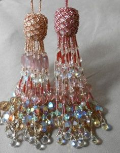 use tassles as a detail. over the kitchen, in the door ways, on the canopy over the bed Diy Tassel, Tassel Jewelry, Beaded Jewelry, Tassels, Antique Jewelry, Diy Jewelry Gifts, Passementerie, Creation Couture, Fabric Decor