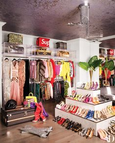 Visiting Kylie Jenner: house of the ⭐richest girl on the planet in Los Angeles. Incredible interior of Kylie Jenner's house Kylie Jenner Casa, Kylie Jenner Beauty Room, Kendall Jenner House, Kendall Jenner Bedroom, Sala Glam, Dream Home Design, House Design, Glam Room, Dream Closets
