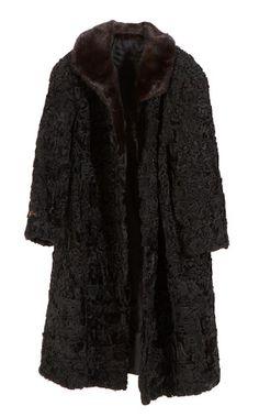 Astracã: pele preta, cinza ou marrom, com pelos encaracolados e macios, de cordeiro caracul recém-nascido ou nonato, muito apreciada para agasalhos, e também, para enfeitar certas peças do vestuário.  O tecido astracã imita essa pele.