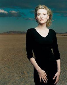Cate Blanchett - by Annie Leibovitz    Fotos selected by www.designstraps.de  Berühmte Fotografen bekommen die ganz großen vor die Linse oder finden den einmaligen Moment, der ewig währt. Einmalige Fotos!