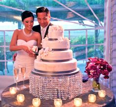 A #sparkling #crystal #wedding cake stand! Do you know how you'll be presenting your wedding cake yet?