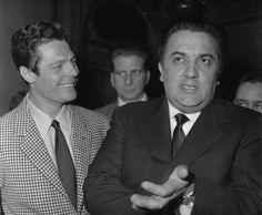 """Marcello Mastroianni e Federico Fellini durante una conferenza stampa per promuovere il film """"La Dolce Vita"""", a Parigi (Keystone/Getty Images)"""