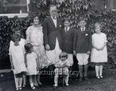 The young family of Joseph and Rose Kennedy. Their children: Joseph Jr, John, Rosemary, Kathleen, Eunice, Patricia and toddler Robert. Joseph Kennedy Jr, Joe Kennedy Sr, Rose Kennedy, Ethel Kennedy, Rosemary Kennedy, Eunice Kennedy Shriver, Familia Kennedy, Le Clan