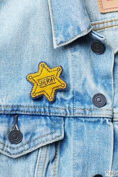 Sheriff-stjärna, broderad brosch av Alicia Sivertsson. / Sheriff star badge, embroidery by Alicia Sivertsson.