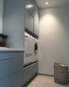 Ekstra digg med vaskemaskin og tørketrommel i arbeidshø. Ekstra digg med vaskemaskin og tørketrommel i arbeidshøyde 👌🏻👚 —————- Hanging Canvas, Modern Kitchen Design, Washroom, Stacked Washer Dryer, Bad, Small Bathroom, Laundry Room, Washing Machine, Ikea