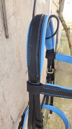 Enjoy a 35% discount with the code SOLDES35 when ordering! Each item is unique in there is not for everyone! Valid from January 4 to January 31, 2017   Very nice size black leather horse bridle.  It boasts a wide noseband about 45 mm padded and lined with a blue leather on the back in order to provide maximum comfort.  The headrest is also padded and lined.  The front end is lined with the same leather.  The buckle is quality nickel-plated brass.  Fully stitched hand excluding any machine as…