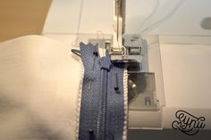 Hvordan du syer en usynlig lynlås Sewing Clothes, Sewing Hacks, Sewing Tips, Suitcase, Womens Fashion, Embroidery, Manualidades, Bra, Creative