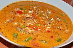 Zutaten  etwas Öl, zum Anbraten 1500 g Fleisch, (Gyrosfleisch, fertig gewürzt) 4  Zwiebel(n) 3 Zehe/n Knoblauch 6  Paprikaschote(n), rot, gelb, grün 2  Chilischote(n) 150 ml Rotwein 200 g Reis 100 g Tomatenmark 1 EL Currypulver 1 TL Paprikapulver 2 Liter Fleischbrühe 500 ml Wasser 250 ml Sauce, (Zigeunersauce) 250 ml Chilisauce  etwas Oregano  etwas Thymian 250 g Erbsen, TK 200 ml Sahne 150 g Schmelzkäse  n. B. Salz  n. B. Pfeffer 300 g Schafskäse