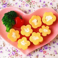 毎日のお弁当作りに大活躍する卵焼き。いつもは焼いたあと、そのままカットしますが、その前のひと工夫で、とってもかわいい「お花の卵焼き」ができるって知ってましたか?ここではその作り方や、いろいろキュートなアレンジ方法をご紹介しますね。 (2ページ目)