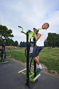 This jewel of a double station caters for the super fit user as well as those new to exercise. On one side there is a full Pull Up station for the very fit user. The other side is TGO's unique Assisted Pull Up.