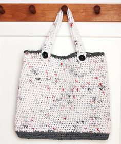 Yesterday I show you how to make plastic yarn (plarn). Now I am showing you what I made with it: A tote bag! This recycled and reusable bag is perfect for grocery shopping, the beach, the farmers market, or just toting things around. I only used two kinds of bags for this project because I …
