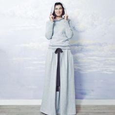 Nonszalancko-elegancka spódnica do ziemi, na gumce.Oczywiście z kieszeniami. Noszona do japonek/conversów/etc spełnia się w sportowym klimacie. Przy szpilkach też ma się świetnie.