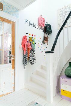 Un mur de patères colorées dans l'escalier à l'entrée *_*