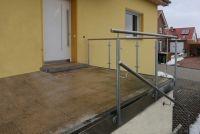 Brüstungs- und Treppengeländer aus verzinktem Stahl und Edelstahlhandlauf