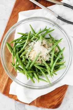 Roasted Parmesan Green Beans- delicious fresh green beans are roasted with a crunchy mixture of parmesan cheese and panko bread crumbs. They make the perfect side dish for any meal. Bean Recipes, Side Dish Recipes, Vegetable Recipes, Dinner Recipes, Parmesan Green Beans, Roasted Green Beans, Parmesan Broccoli, Poster Design, Cooking Recipes