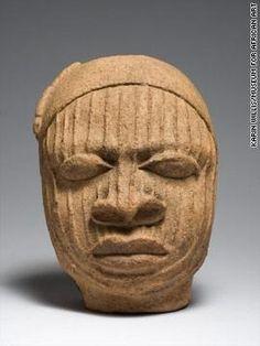 """""""Cabeza de terracota con cicatrices y una gorra con borlas, (siglos XII al XV)."""" Karin L. Willis/Museum of African Art"""