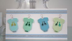 DIY: Onnittelukortti vauvalle (bodyt ja henkarit) / Greeting card for a new baby with cute onesies and wire hangers