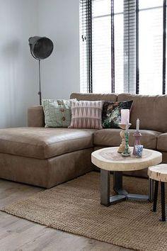De Industriële loungebank Luke van Station7 is leverbaar in Ambachtelijk hand gepoetst buffelleer, Geschuurd leer en Velvet stof. De stijl is robuust en stoer, met een eigentijdse maar tijdloze wijze van finishing van de materialen.#bank #couch #sofa #hoekbank #loungebank #woonkamer #zithoek #living #interiorinspiration #interieurinspiratie Deep Sofa, Couch Cushions, Living Room Decor, Sectional Sofa, Deep Loveseat, Couch Decor, Large Sectional Couch, Deep Couch, Deep Seated Couch